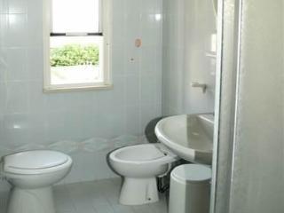 Arredi di un bagno con box doccia in un appartamento del Residence Adriatica a Cervia