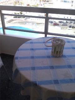 Terraza con mesa y 4 sillas