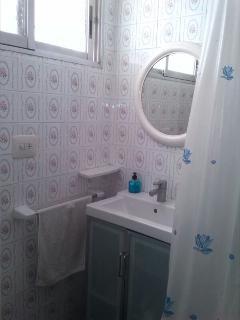 Baño completo con ventilación