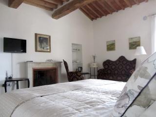 La stanza è dotata di ogni comfort: Wi-fi gratuito, TV,  frigo, bollitore e bevande, ferro stiro,ecc