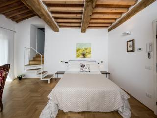 Un letto matrimoniale FLOU in una camera dallo  stile toscano, con tutte le comodità