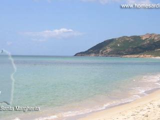 il chiaro e azzurro mare dove l'altezza dell'acqua consente i giochi in riva.