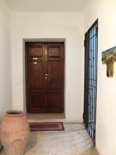 Al secondo piano, il portone di accesso a Casa della Pia