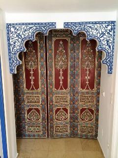 Entrée du salon depuis l'entrée principale avec arcs arabo-andalous.