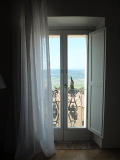 Η γαλλική παράθυρο με θέα το χωριό, το Metallifere Hills και της υπαίθρου της Maremma