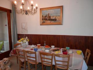 Petit déjeuner Normand avec le bon lait, confiture, beurre ... locaux