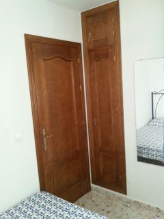 Detalles del dormitorio de dos camas de 90 cm.