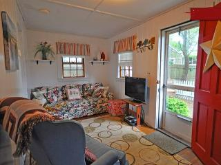 Sand Pebble Cottage-Walk to Beach, Village-Pets Ok, Dennis Port