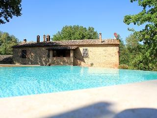 7 bedroom Tuscan farmhouse near rennaissance town of Montepulciano, features include jacuzzi, private garden and pool
