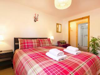 Near Holyrood Palace/Royal Mile with FREE parking/Wifi. Modern, stylish & bright