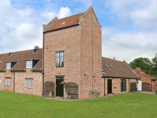 SMEATON MANOR STABLES, Grade II listed, hot tub, en-suites, large garden, near