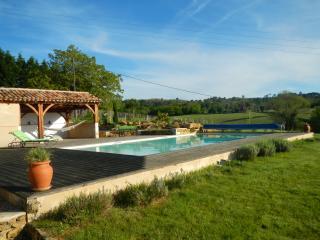 pool house et piscine avec vue sur la vallée où le calme et la beautée sont idéals pour les vacances