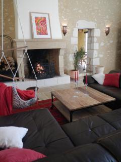 salon cathédrale avec cheminée et canapé pour apprécier un bon feu en se relaxant confortablement