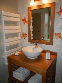 salle de bain 2 avec baignoire à proximité des chambres 2 et 3