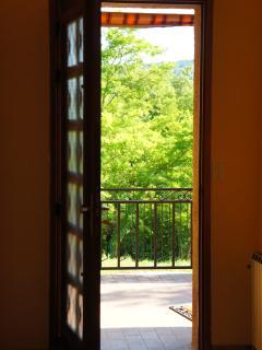 L'entrée donne sur une terrasse de 15 m²