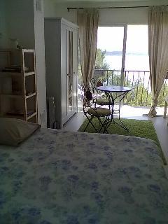 La chambre avec sa vue sur l'étang
