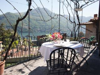 Romantic lake view flat, Moltrasio