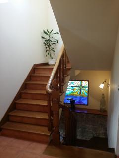 Escaleras en madera con vidriera
