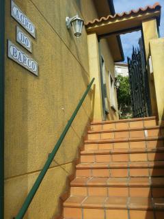 Escaleras laterales de acceso a la finca.