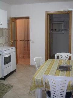 cucina abitabile e vista ingresso alla camera matrimoniale