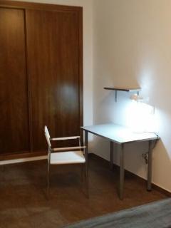 Dormitorio, mesa de estudio o trabajo.