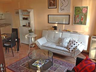 Lovely Apartment with parking! A few steps from everything