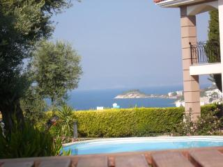 VILLA WITH SEA AND POOL VIEW, QUIET & CENTRAL, Kuşadası