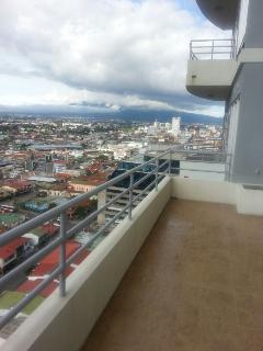 Balcon grande con vistas a las montanas y la ciudad