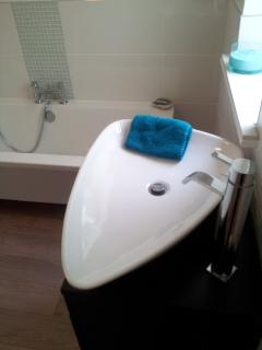 Quirky water drop sink and free standing tap