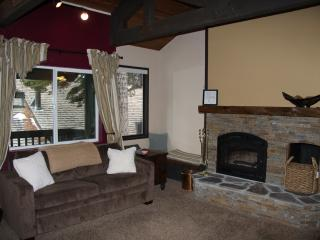 Well-equipped Mammoth condo near Eagle Lodge and The Village w/garage, wi-fi