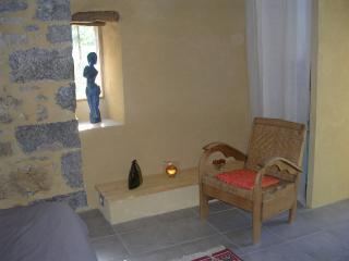 jolie chambre voutée, murs en pierre, charme