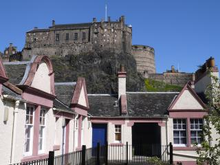 Sleeps 4. V Central! Next to Castle & Grassmarket. 10mins walk to train station.