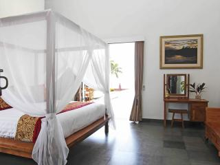 Five Bedroom Beachfront Villa Tri Murti Bali, Dencarik
