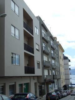 Vista exterior del edificio y la calle Panadeira