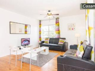 BEACH LOVERS PARADISE! 1 BLOCK TO THE BEACH - 3 BDRM / 2 BATH - SLEEPS 10- CASAMAR 2, Miami Beach