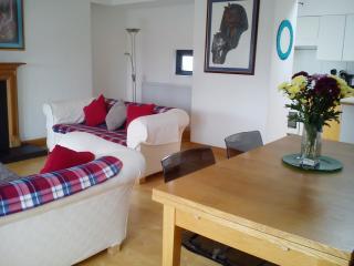 Calton,Canongate Oldtown, 2 bedrooms, parking ,central EH8 8JQ