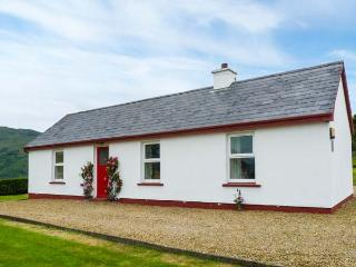 CRANNOG COTTAGE, open fire, pet-friendly, private track to the beach, all
