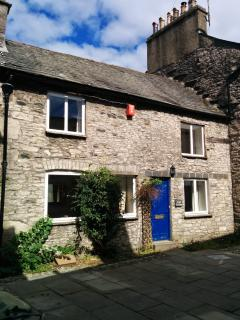 Angel cottage in the sun. Right in the centre of Kendal, situated in one of Kendal's famous yards