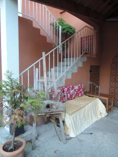 Un escalier  extérieur donnant  directement sur la cour dessert la maison d'hôtes .