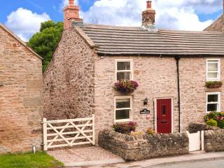 BLACKSMITH'S COTTAGE, pet-friendly romantic cottage near pub in Hudswell Ref