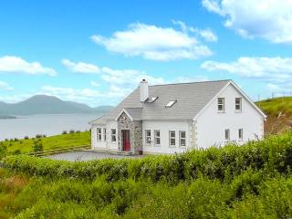 WEST TOWN, fantastic views, multi-fuel stove, WiFi, child-friendly cottage in, Malin Head