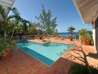 Vida De Mar: Waterfront Villa! Full AC! Huge Pool and Hot Tub!, St. John