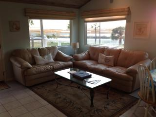Sunset Bungalow - 4BR-3Bath Waterfront Great Views Family Friendly, Galveston