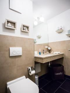 Bad mit großem Spiegel