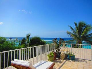 3 bed 3 bath beachfront penthouse with huge decks, pool & tennis, Bodden Town