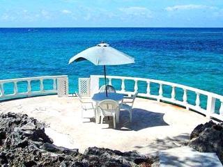 Somewhere: Unique 4-Bedroom Tropical Getaway, Ocho Rios