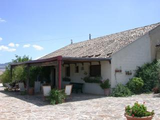 Baglio tipico campagna siciliana con piscina, Salemi