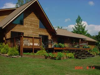 Log Chalet PetFriendly,Creek,Pond/Spring Bookings, Murphy