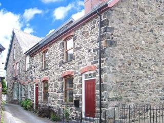 TY KILMORE, pet-friendly, multi-fuel stove, enclosed courtyard, in Cemmaes, Ref 20882, Machynlleth