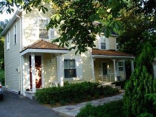 Piano House - Modern 1850's Farmhouse, Niagara-on-the-Lake